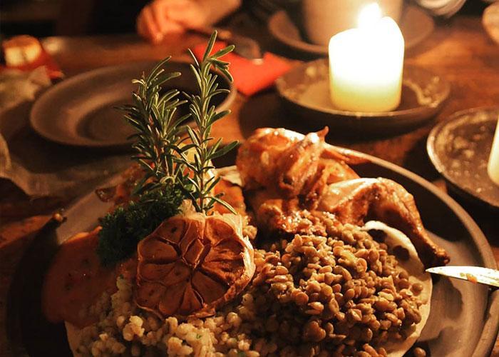 Перед концертом Rammstein в Риге мы зайдем в средневековый ресторан