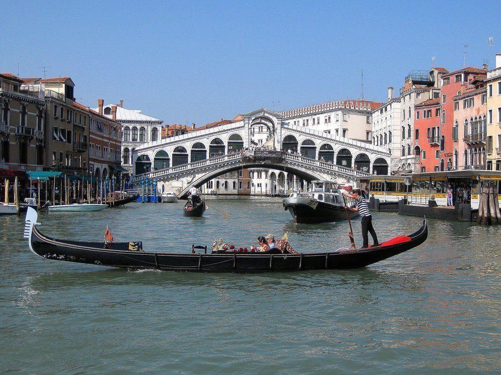 гондола перед мостом Риальто Венеция
