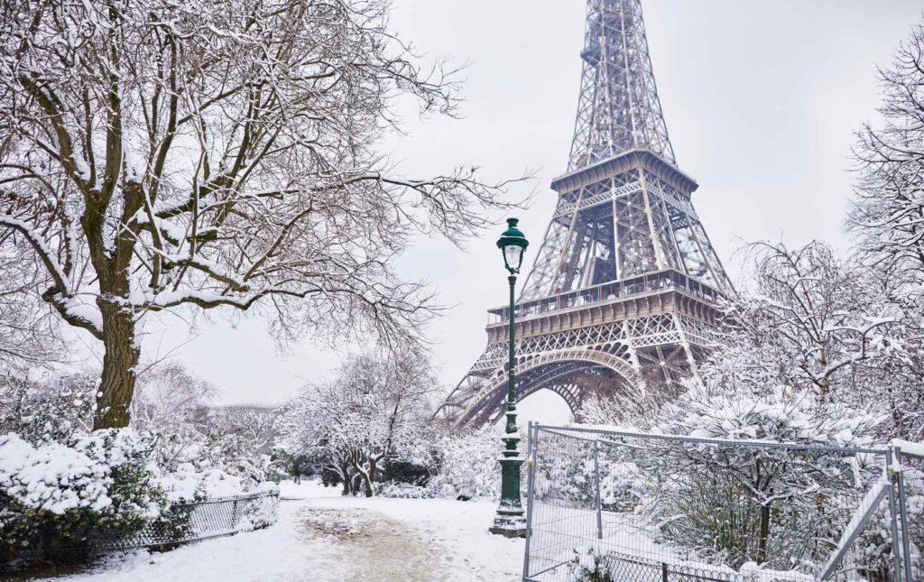 Эйфилева башня снег
